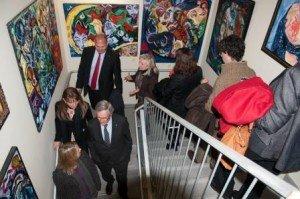 Gaudint de l'extensa obra de FRADOGO exposada a les escales de l'edifici